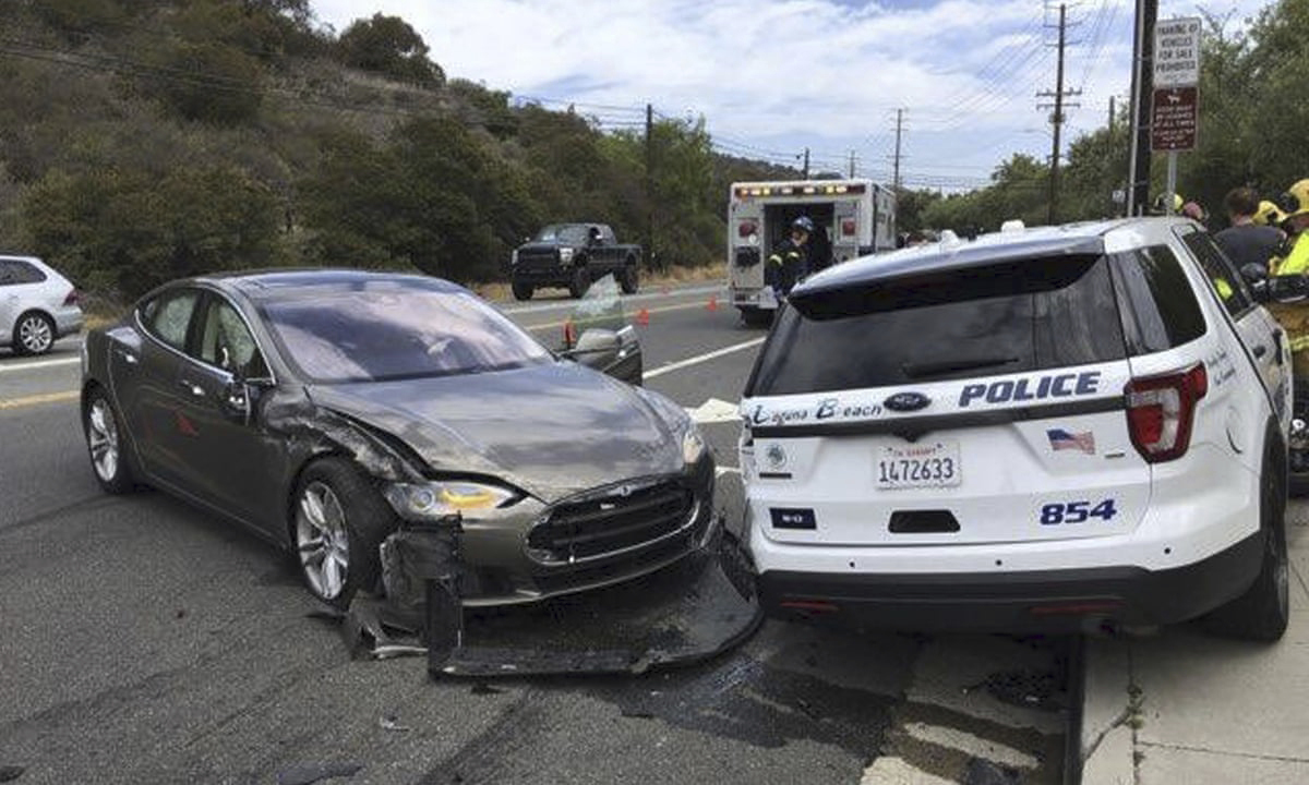 Tesla on part-automated drive system crashes into police car in Florida